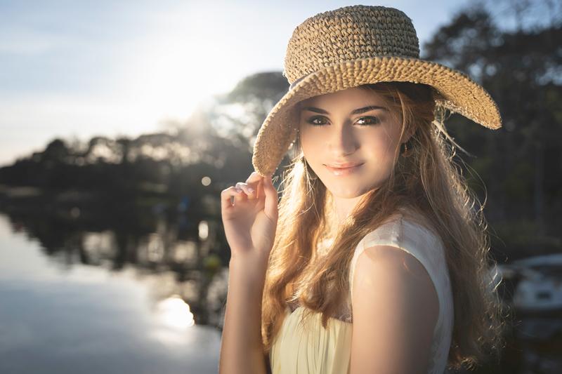 Eva, rayonnante, avec sa capeline au lac de Lacanau